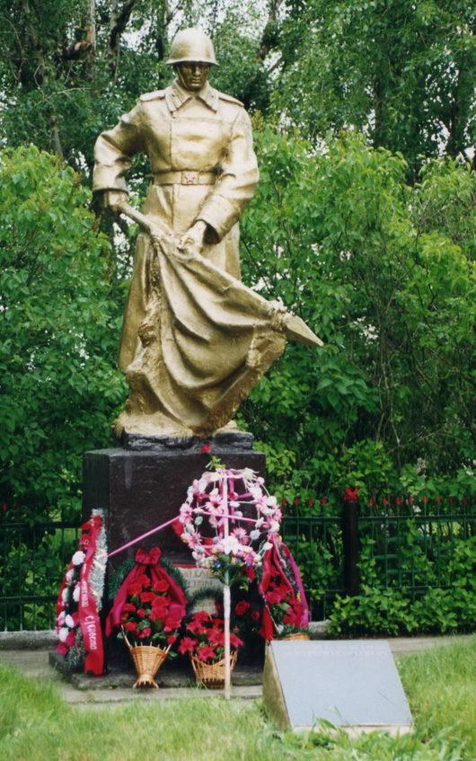 д. Ректа Жлобинского р-на. Памятник, установленный в 1959 году на братской могиле, в которой похоронено 106 воинов, погибших при освобождении района.