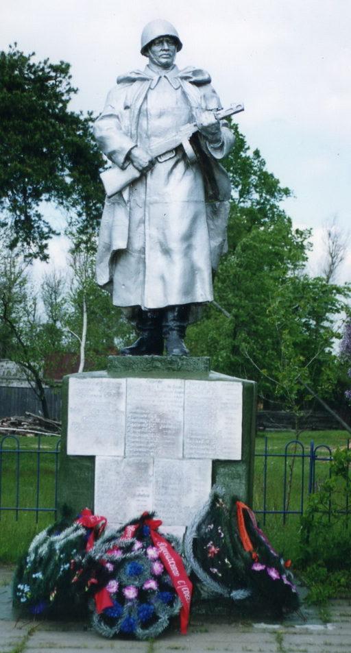 д. Скепня Жлобинского р-на. Памятник, установленный в 1959 году на братской могиле, в которой похоронено 60 воинов 101-й стрелковой дивизии, погибших при освобождении района от немецко-фашистских захватчиков в 1943-1944 гг. Здесь же похоронен Герой Советского Союза Лозенко И. А.