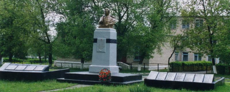 д. Старая Рудня Жлобинского р-на. Памятник, установленный в 1958 году на братской могиле, в которой похоронено 133 советских воина, в т.ч. генерал-лейтенант Л. Г. Петровский.