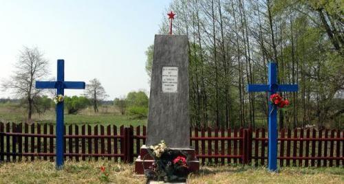 д. Городки Дятловского р-на. Памятник, установленный на братской могиле, в которой похоронено 367 мирных жителей, расстрелянных немецко-фашистскими захватчиками.
