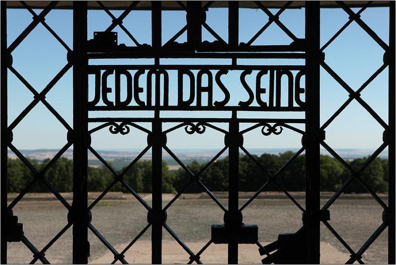 Надпись на главных воротах концлагеря «Каждому своё».