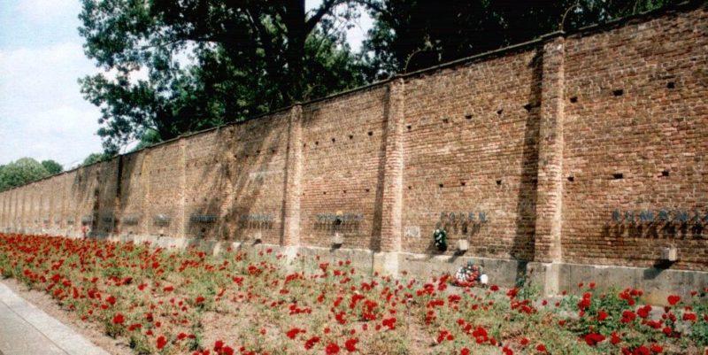 Мемориальная Стена Наций с братской могилой для 300 заключённых.