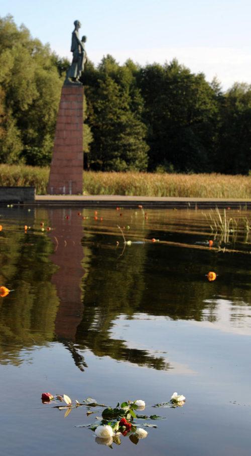 Памятник у озера, в которое сбрасывали пепел из крематория. В память о погибших, посетители мемориала бросают в озеро живые цветы.