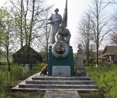 д. Дубровка. Дятловского р-на. Памятник, установленный на братской могиле, в которой похоронено 102 мирных жителя расстрелянных немецко-фашистскими захватчиками.