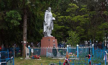 д. Березовка, Калинковичского р-на. Памятник, установленный на братской могиле, в которой похоронено 159 советских воинов.