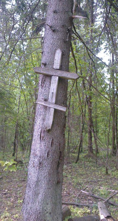 Агрогородок Крево Сморгонского р-на. Братская могила двух советских воинов.