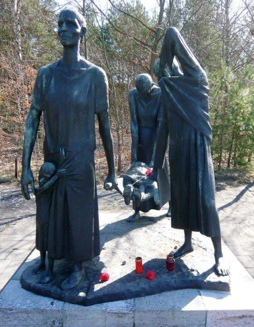Скульптурная группа вдоль дороги к KZ Ravensbrück.