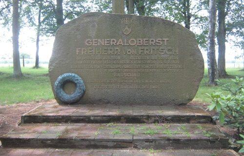 г. Берген-Хёне. Памятник генералу Фрейхерру фон Фричу.