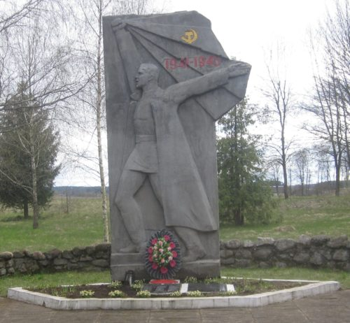 Агрогородок Кущляны Сморгонского р-на. Братская могила двух советских воинов.