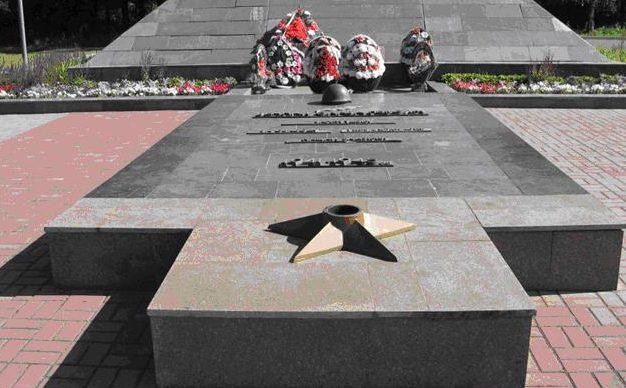 Братская могила на мемориале.