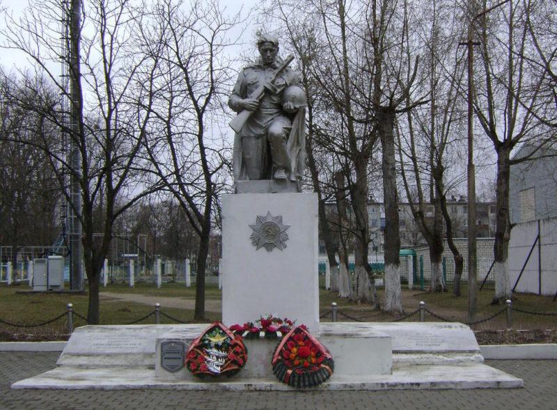 г. Светлогорск. Памятник, установленный на братской могиле советским воинам, среди которых похоронен и Герой Советского Союза Петр Мирошниченко.