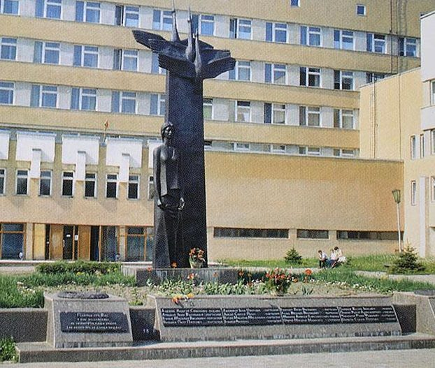 г. Дятлово. Памятник на территории больницы, установленный на братской могиле.