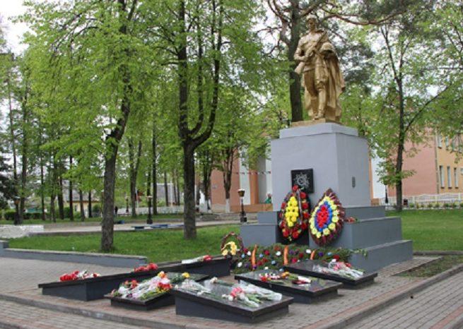 п. Сосновый Бор Светлогорского р-на. Памятник, установленный на братской могиле, в которой захоронено 145 советских воинов, в т.ч. 8 неизвестных.