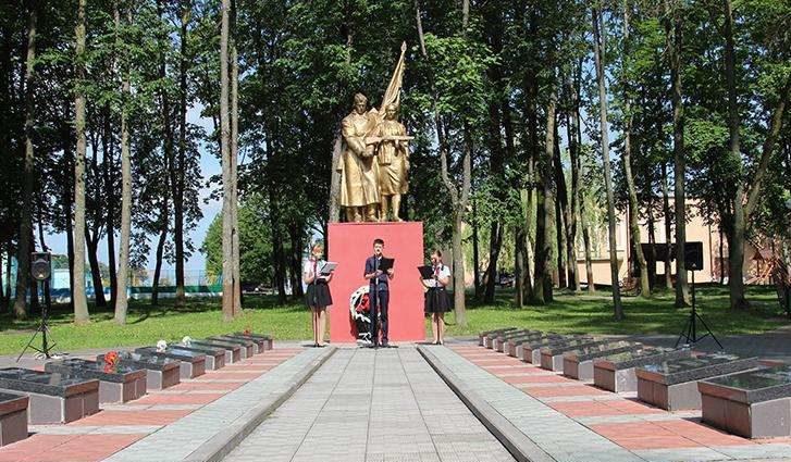 г. Дятлово. Братская могила на территории городского парка, в которой похоронено 64 партизана и советских воина.