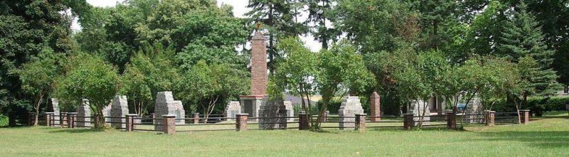 д. Хейнерсдорф. Памятник, установлен у братских могил, в которых похоронено 116 советских воинов.