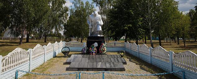 д. Капличи Калинковичского р-на. Памятник, установленный на братской могиле, в которой похоронено 225 советских воинов.