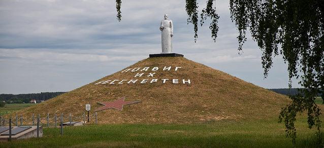 д. Крышичи Калинковичского р-на. Памятник, установленный на братской могиле, в которой похоронено 476 советских воинов.