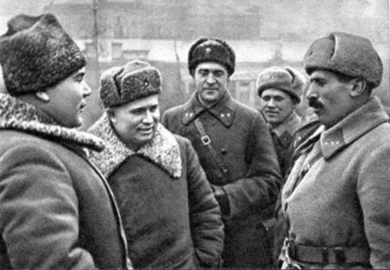 Генерал Р.Я. Малиновский и член Военного совета Н.С.Хрущев беседуют со старшим лейтенантом Г.К. Мадояном в Кировском сквере после проведения митинга посвященного освобождению города.