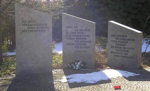 г. Ильменау. Памятники на братских могилах, в которых захоронено 145 немецких солдат.