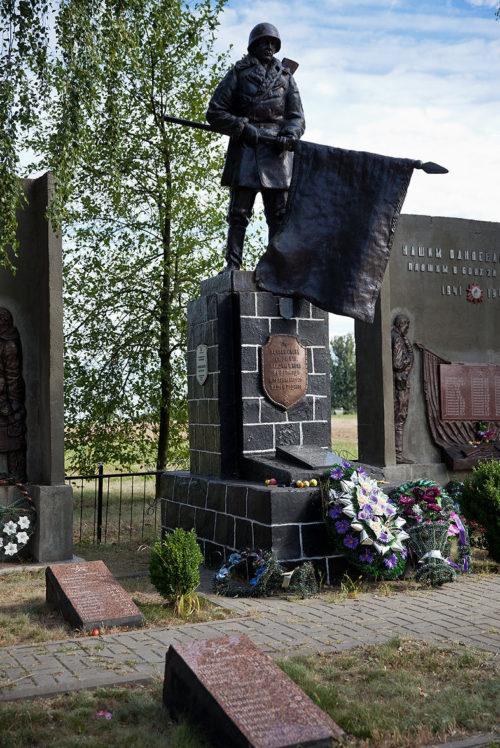 д. Козловичи Калинковичского р-на. Памятник погибшим воинам и односельчанам.