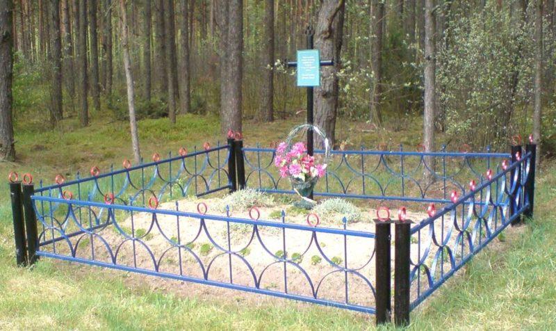 Агрогородок Солы Сморгонского р-на. Памятник, установленный на братской могиле, в которой захоронено 10 советских воинов.
