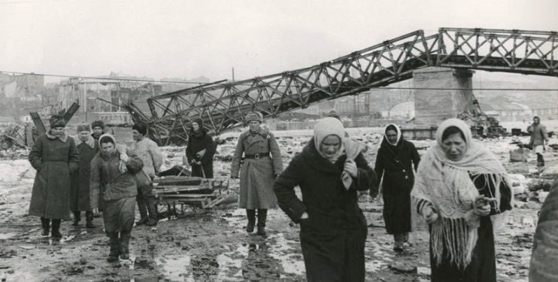 Генерал Н.Ф.Ватутин и член военного совета Н.С.Хрущев с жителями Ростова у разрушенного автомобильного моста через реку Дон. Февраль 1943 г.