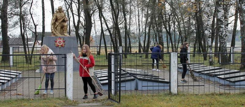 д. Чирковичи Светлогорского р-на. Памятник, установленный у братских могил, в которых похоронено боле 3 тысяч, воинов, погибших в голы войны.