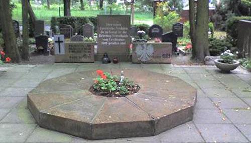 г. Хоэн-Нойендорф. Памятники на братских могилах польских и советских солдат.