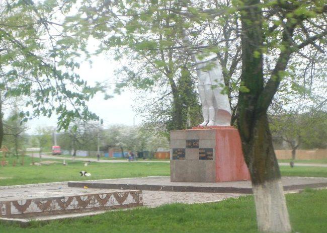 д. Бабчин Хойникского р-на. Памятник землякам, погибшим в годы войны.