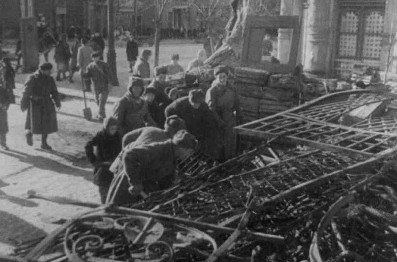 Красноармейцы помогают разобрать завал на улице. Март 1932 г.