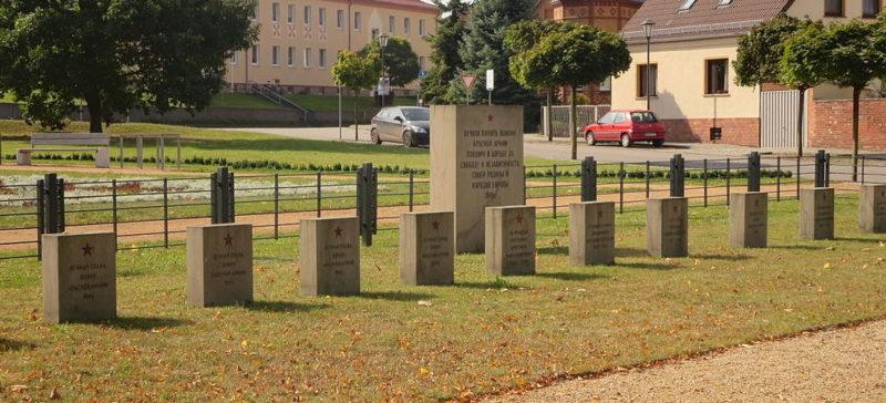 г. Цеденик на Фридрихе-Эберт-Плаце. Памятник, установлен у братских могил, в которых похоронено 15 советских воинов.