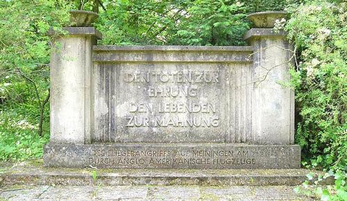 Памятник на кладбище.