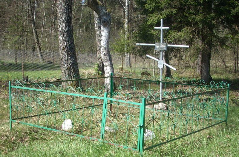 д. Ягодное Сморгонского р-на. Братская могила трех советских воинов.