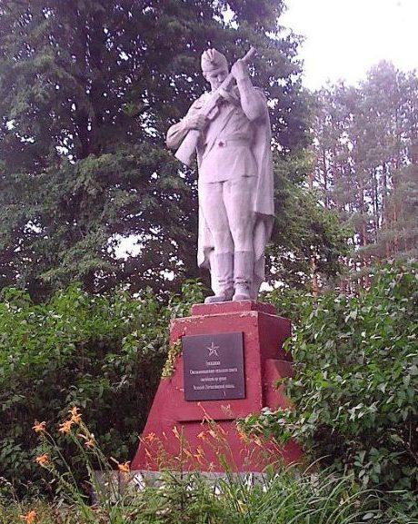 д. Омельковщина Хойникского р-на. Памятник советским воинам.