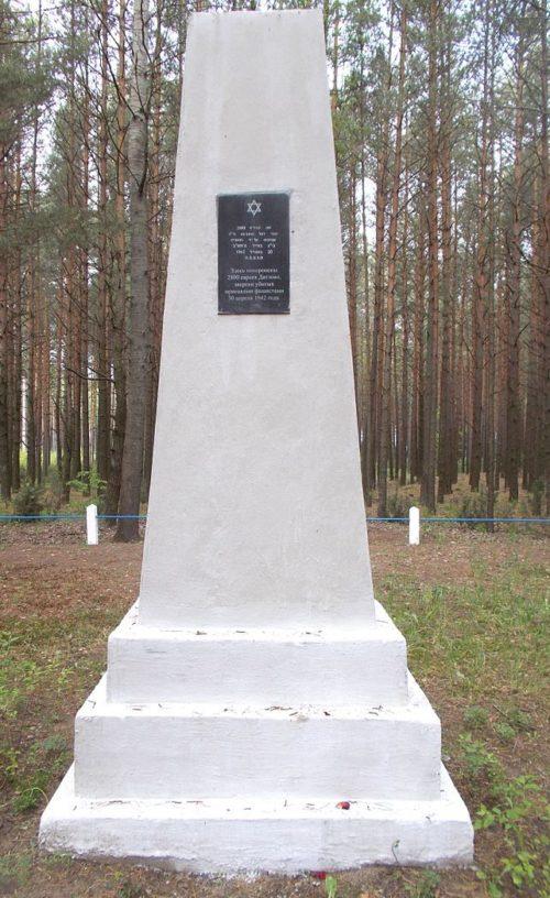 г. Дятлово. Памятник на месте убийства нацистами 2 800 евреев 30 апреля 1942 года.