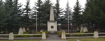 г. Шпремберг д. Шварце-Пумпе. Памятник, установлен у братских могил, в которых похоронено 108 советских воинов.