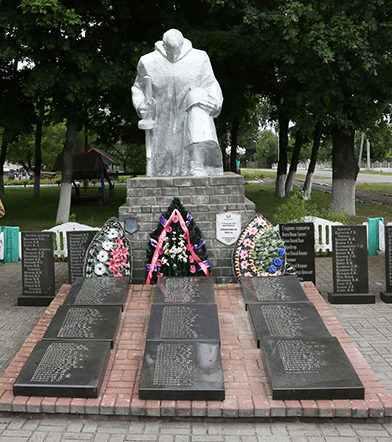 д. Савичи Калинковического р-на. Памятник, погибшим землякам.