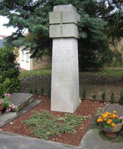 д. Шперемберг. Памятник на братской могиле, в которой захоронено 109 немецких солдат, погибших в апреле - мае 1945 года.