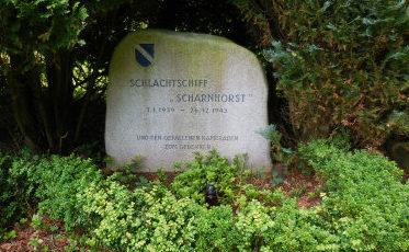 г. Вильгельмсхафен. Памятный камень в честь экипажа линкора «Шарнхорст», погибшего 26 декабря 1943 года.