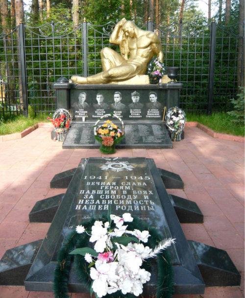с. Хомичи Калинковического р-на. Памятник, установленный на братской могиле, в которой похоронено 186 воинов, погибших в ноябре 1943 года.