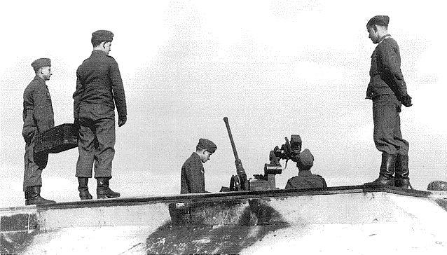 Одно из орудий 2 см Flak на крыше бункера.
