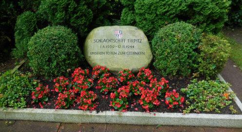 г. Вильгельмсхафен. Памятный камень в честь экипажа линкора «Тирпиц», погибшего 12 ноября 1944 года.