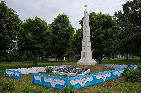 д. Юровичи Калинковичского р-на. Памятник погибшим землякам.