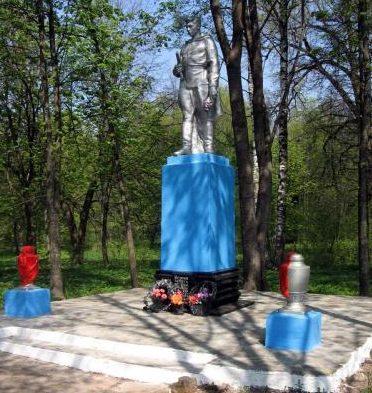 п. Козловщина Дятловского р-на. Памятник, установленный в 1967 году в память о 70 земляках, не вернувшимся с войны.
