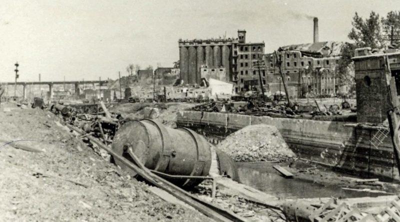 Разрушения в городе. Весна 1943 г.