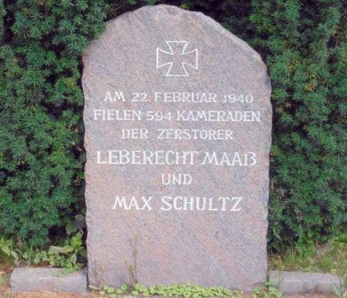г. Вильгельмсхафен. Памятный камень в честь экипажей эсминцев «Леберок Маасс» и «Макс Шульц», на которых погибло 594 немецких моряка.
