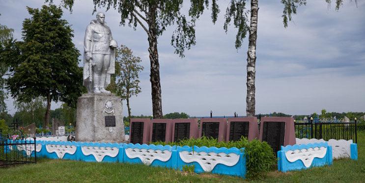 д. Юровичи, Калинковичского р-на. Памятник, установленный на братской могиле, в которой захоронено 417 советских воинов.