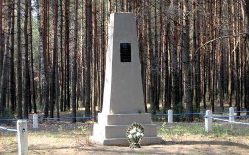 д. Курпеши Дятловского р-на. Памятник, установленный на братской могиле, в которой похоронено 2800 мирных жителей, расстрелянных немецко-фашистскими захватчиками в апреле 1942 года.