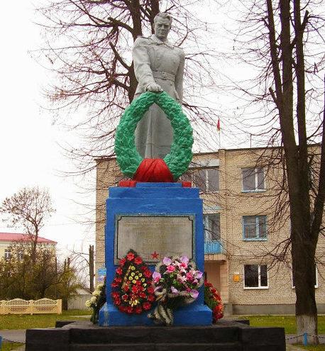 д. Желудок Щучинского р-на. Памятник, установленный на братской могиле, в которой похоронено 65 советских воинов.