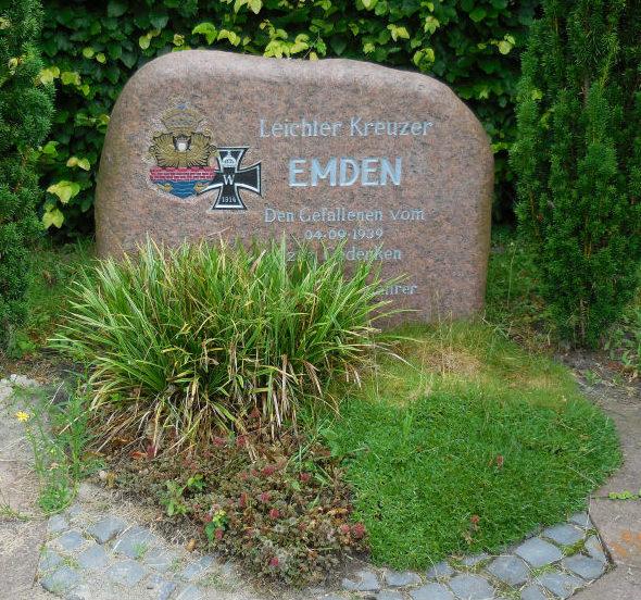 г. Вильгельмсхафен. Памятный камень в честь экипажа крейсера «Эмден», погибшего 4 сентября 1939 года.